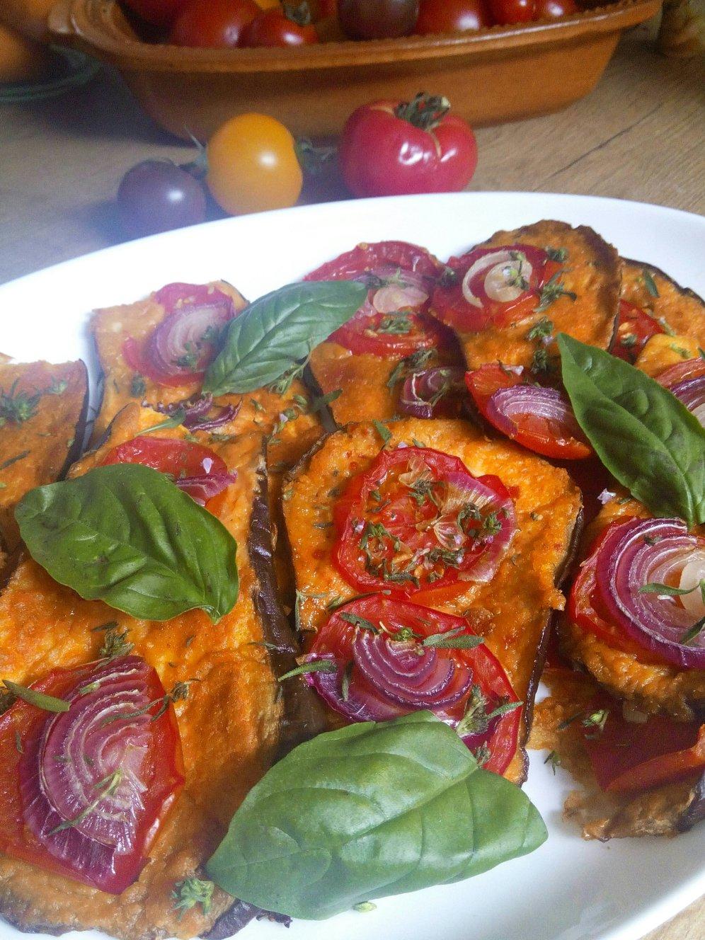 Veganer Auberginenauflauf mit Hummus und Tomaten