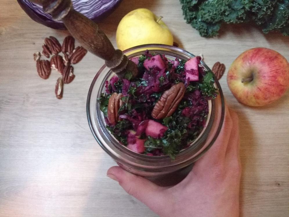 Grünkohl Rezepte, in zwei Varianten: Rauchige Pestoblume vs. Süße Apfel-Anis Hefeschnecke.