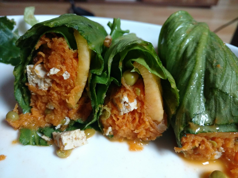 Veganer Salat Wrap mit Möhrchen, Walnüssen und Platt-Pfirisichen