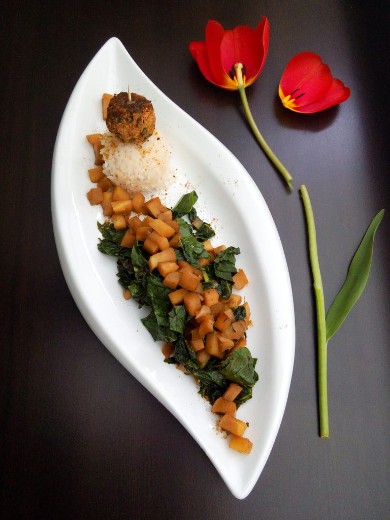 veganes Pastinaken-Kohlrabigrün Gemüse mit veganen Räuchertofu Falafeln - Vegane Rezeptideen für Kohlrabiblätter