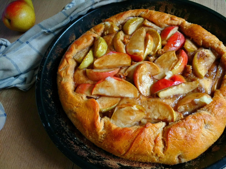 Veganer Galette-Kuchen mit Äpfeln und Süßkartoffel-Hefeteig