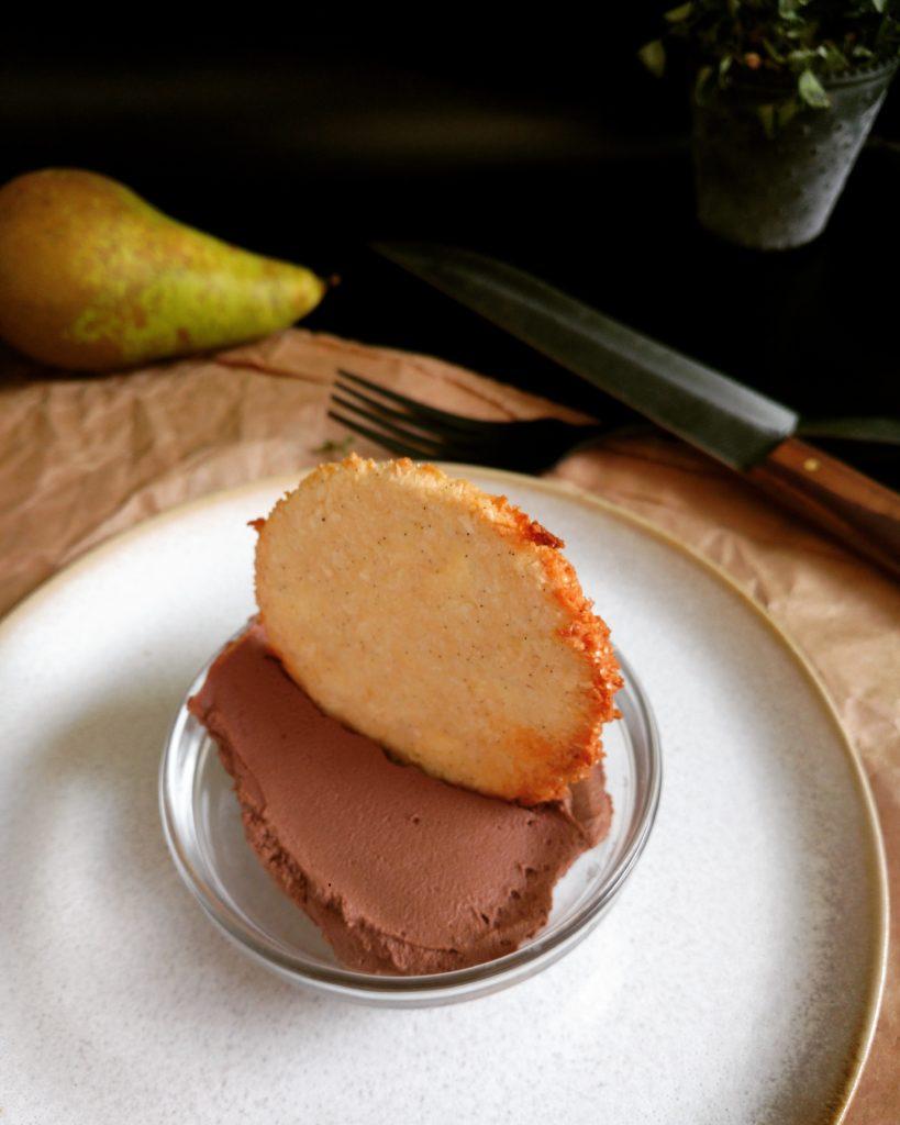 selbstgemachter, veganer Schoko-Frischkäse mit Vanille-Kokos Keks