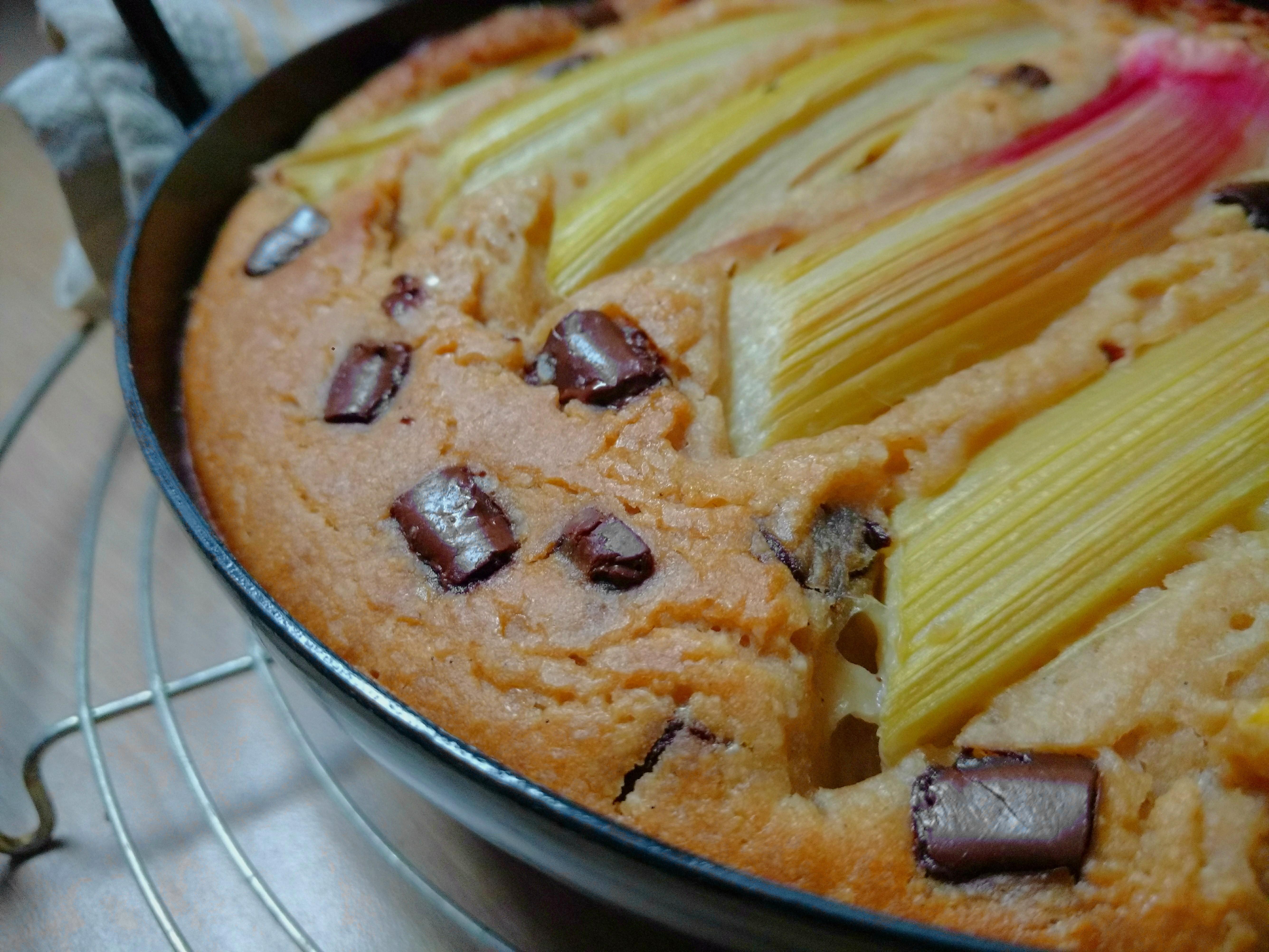 Veganer Ofenpfannkuchen mit Rhabarber und chocolate-chips
