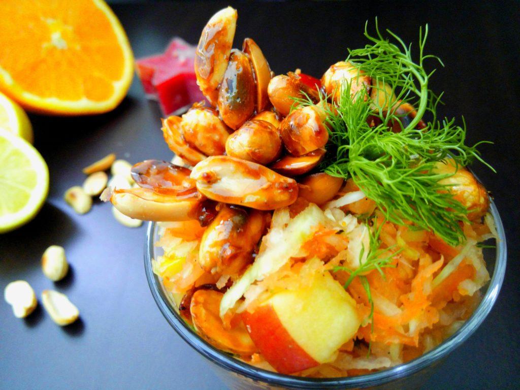 Veganer Apfel-Weißkohlsalat mit selbstgemachtem Erdnusskrokant