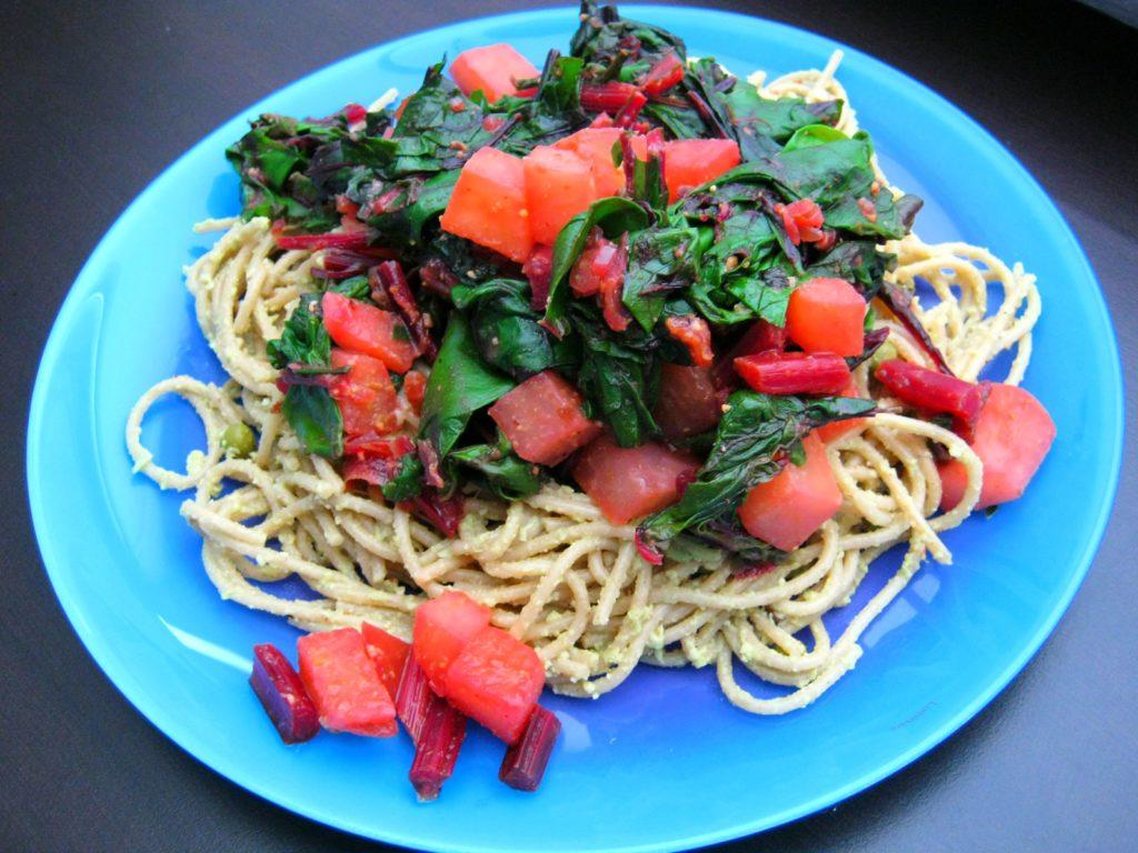 Vegane Pasta mit Rote Bete Grün,  Kohlrabipesto und einer herzhaften Parmesanalternative auf Haferflocken Basis