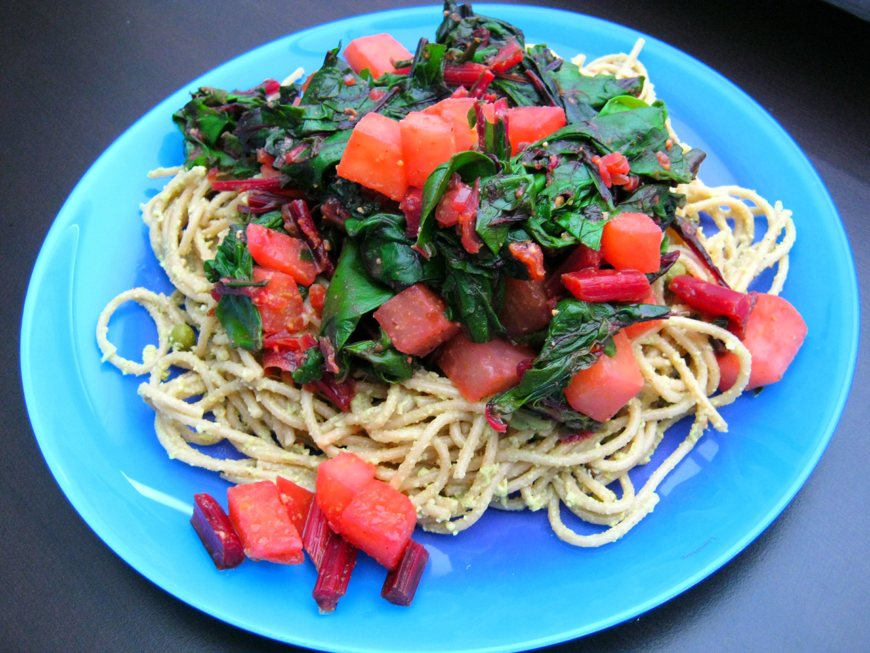 Vegane Kohlrabipesto Nudeln mit Rote Bete Grün und Haferparmesan