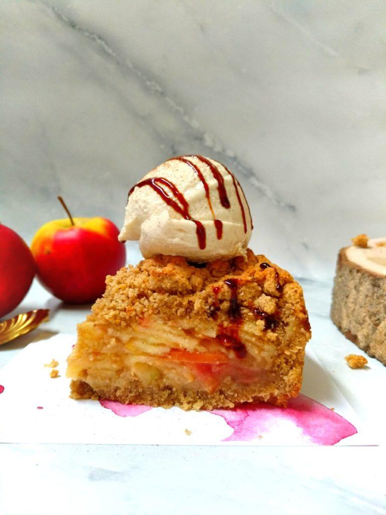 Veganer Apfelstreuselkuchen mit Haferflocken, cremiger Apfel-Apfelmus Füllung und Vanille-Joghurt Eis