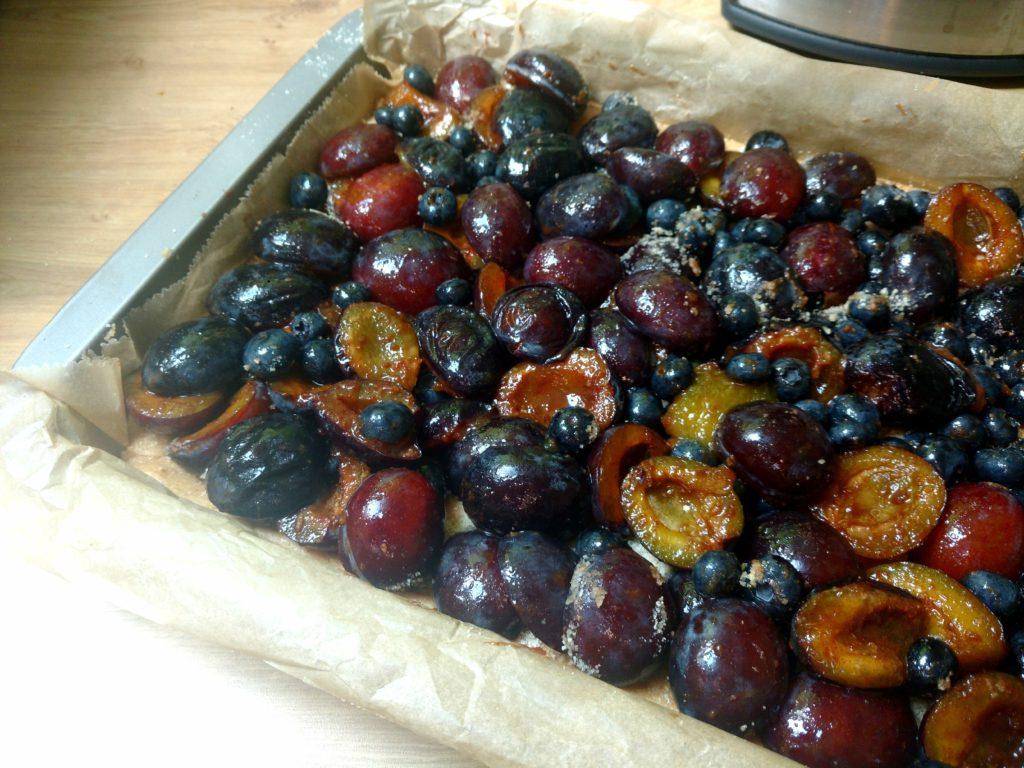 Veganer Haferstreuselkuchen vom Blech. Saftig mit vielen Früchten und mit super einfachen aber mega leckeren chrunchy Erdnussbutter Streuseln.