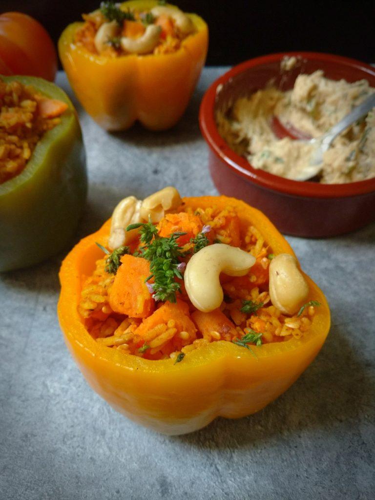Einfach, vegan und schnell - Gefüllte Paprika mit Süßkartoffel & Curry-Reis und dazu Tofuschnittchen mit Bohnen- Hummus.