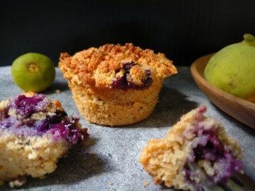 Vegane Blaubeermuffins mit Haferflocken und Erdnussbutter-Streuseln