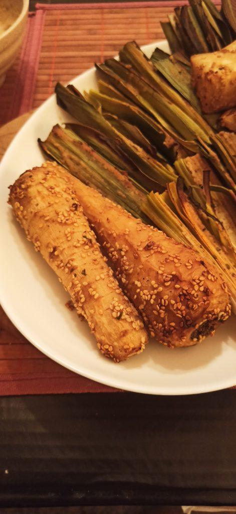 Veganes Ofengemüse mit Tahinsauce und Sesam.