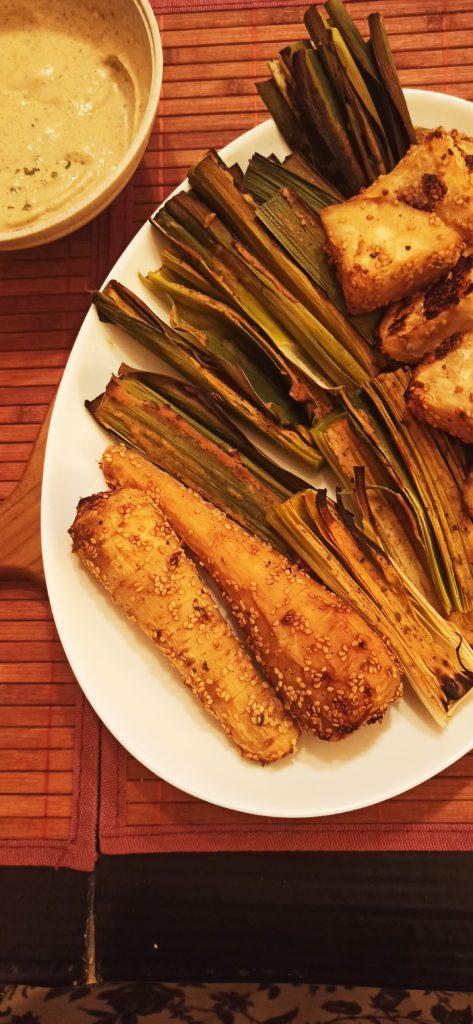 Knollensellerie, Lauch und Pastinake im Ofen gebacken, mit Tahinsauce und Sesam. Vegan.