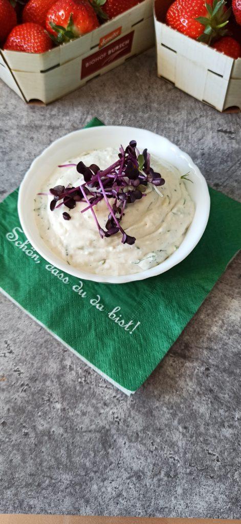 Vegane Fetacreme mit Dill für die Ofenkartoffeln.