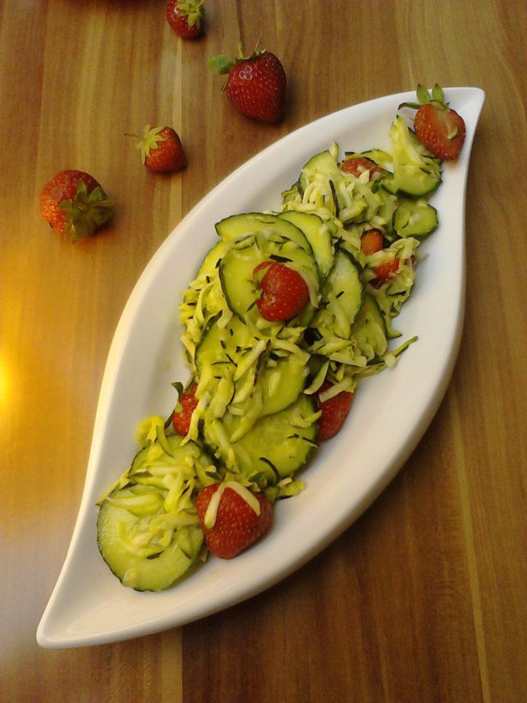 Veganer Zucchini-Gurekensalat mit Erdbeeren und Honig- Senfdressing