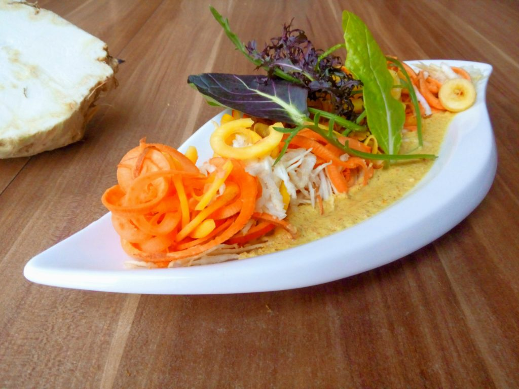 veganer Wurzelgemüse Salat mit Haselnuss-Orangedressing