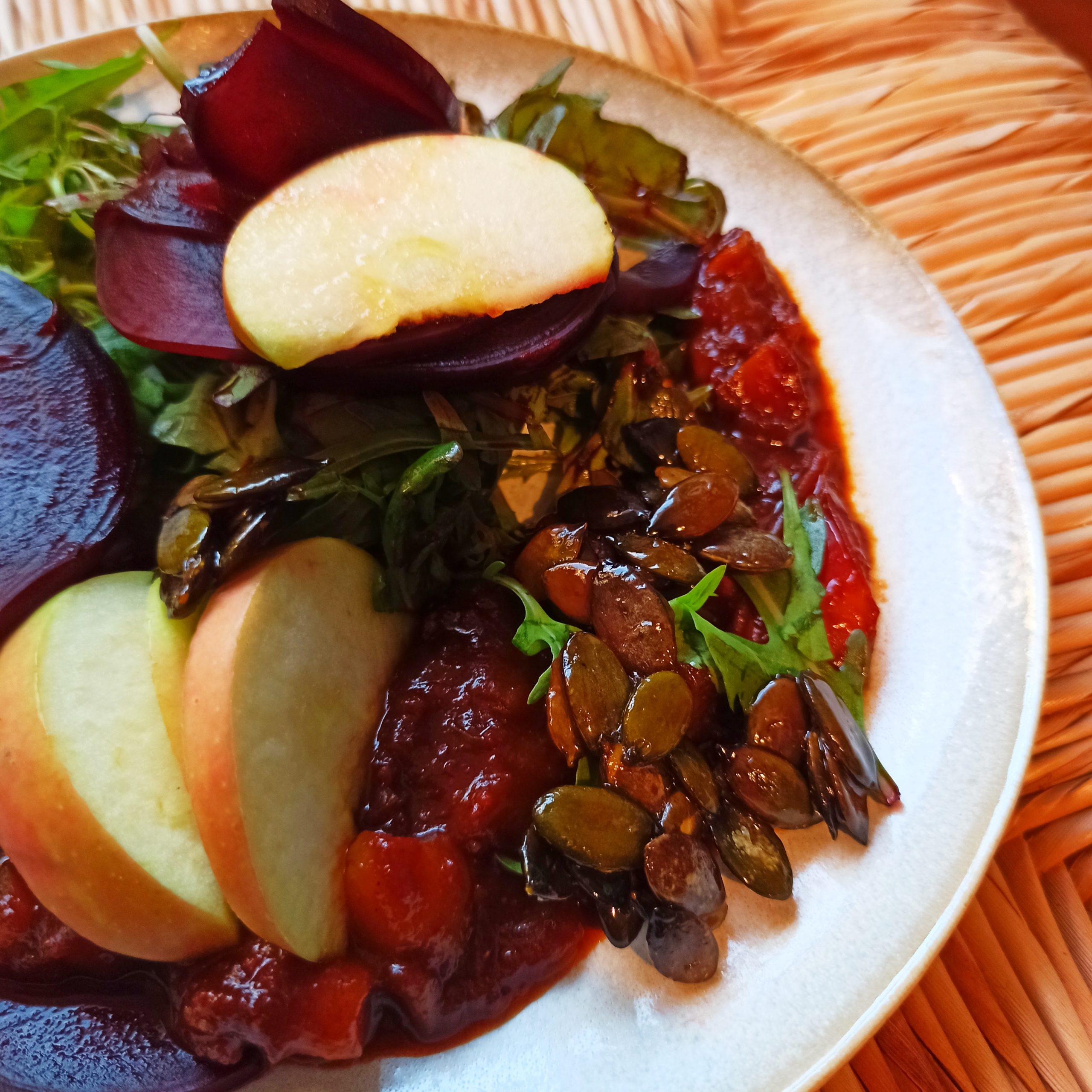 Veganer Gurkensalat mit frischer Zucchini, Erdbeeren & Honig- Senfdressing