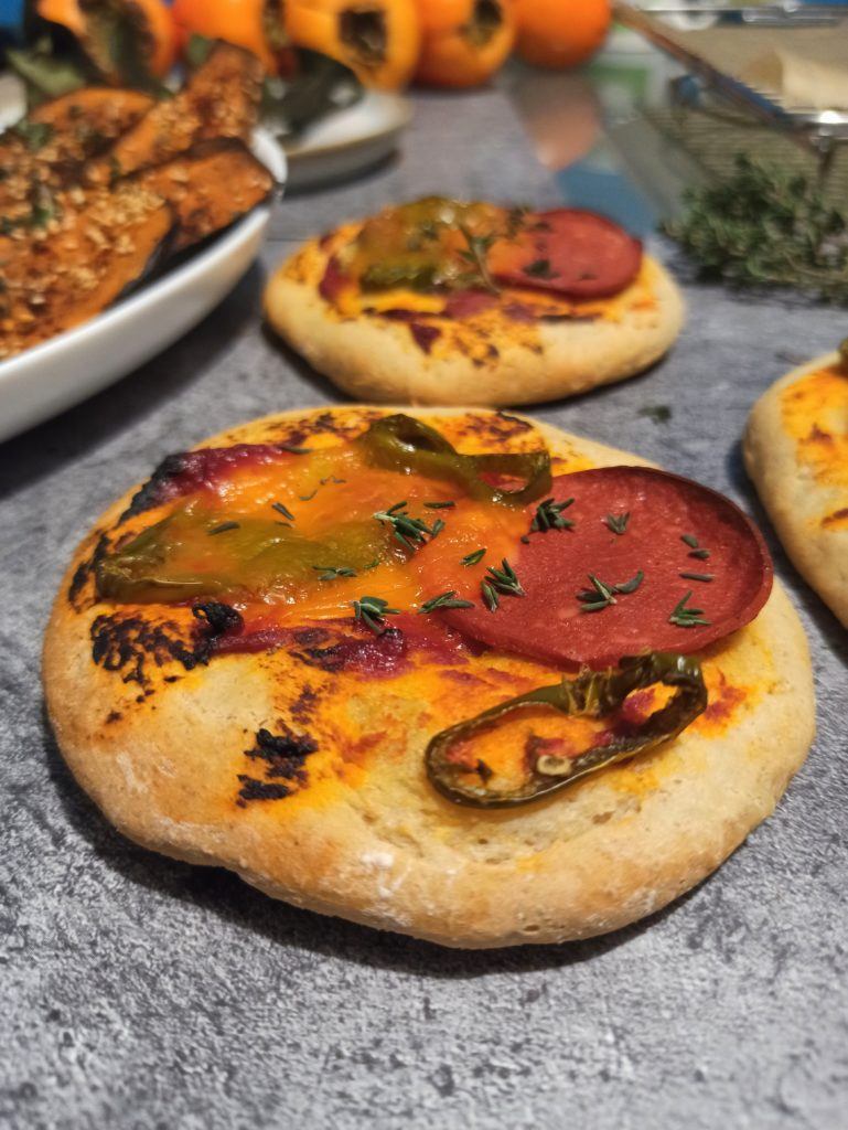 Vegane Mini Pizzini mit Dinkel-Haferflockenboden.