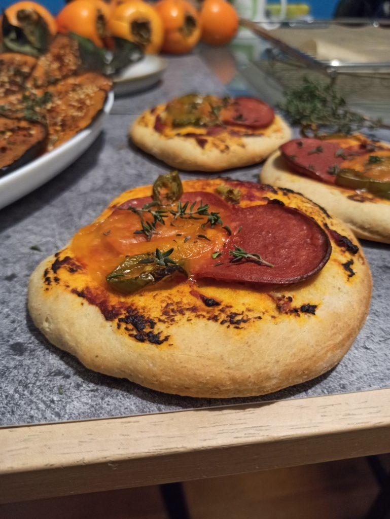 Vegane Mini Pizzen und Aubergine mit Humus überbacken.