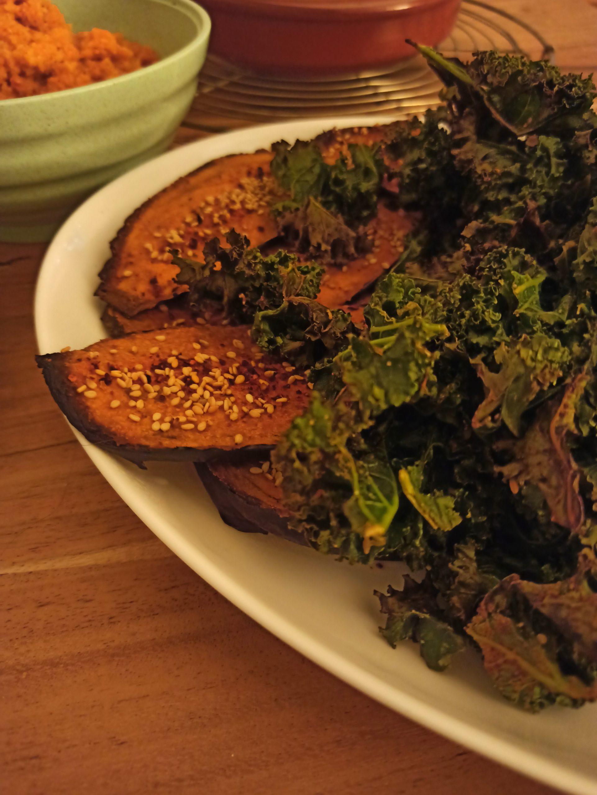 Feldsalat mit gegrillter Ananas, Walnüssen und selbstgemachtem, veganen Mozzarella.