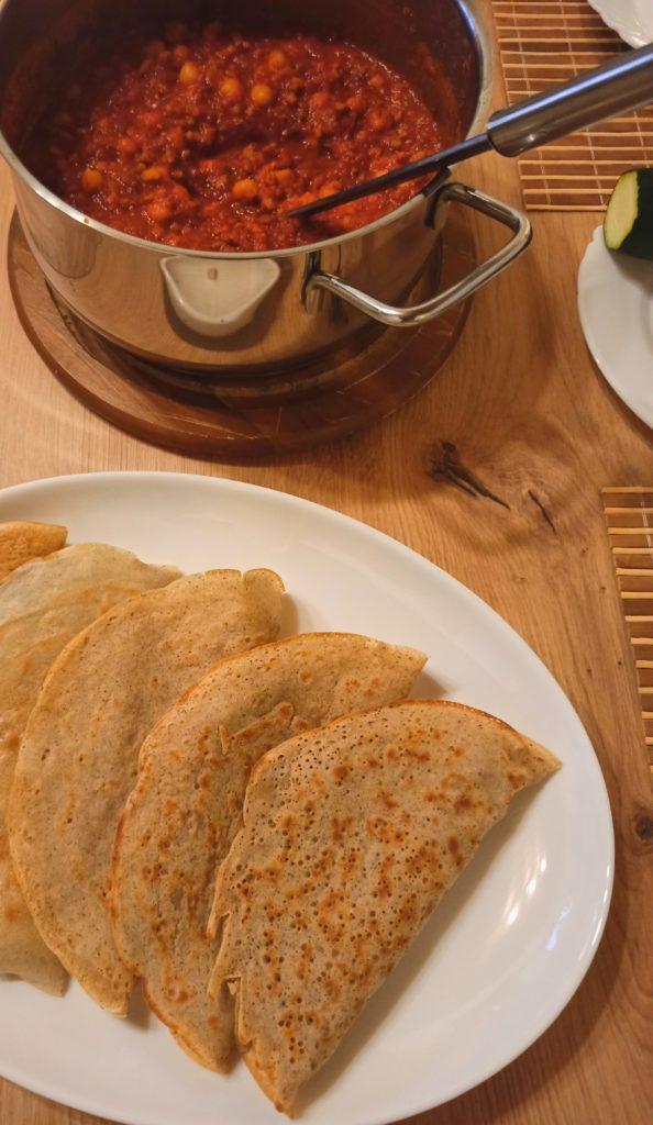 herzhaft gefüllte vegane Crepes mit Kichererbsen Harissa-Hack Ragout