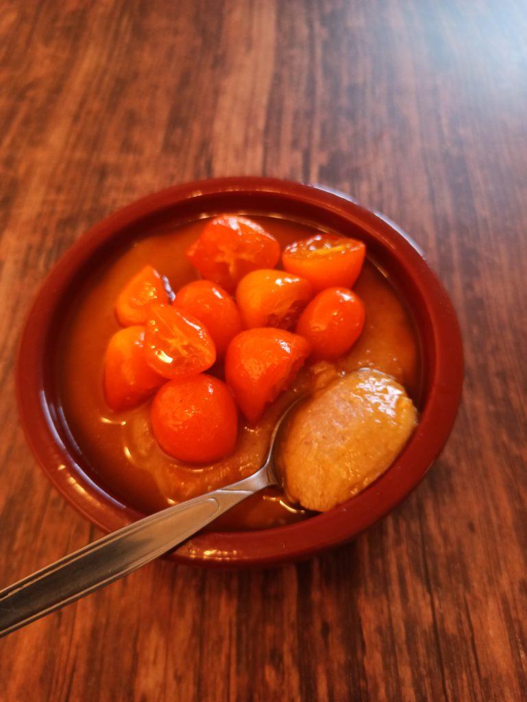Veganer Dattel Buchweizen Grießpudding mit karamellisierten Kumquats