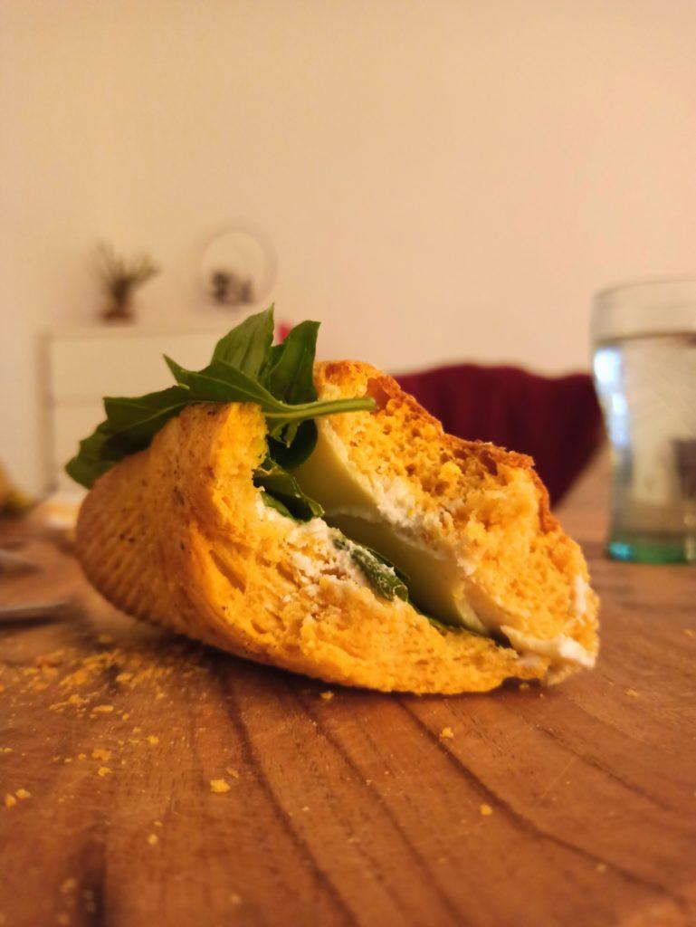 Dinkel-Süßkartoffel Baguette mit veganem Käse, Vrischkäse und Basilikum