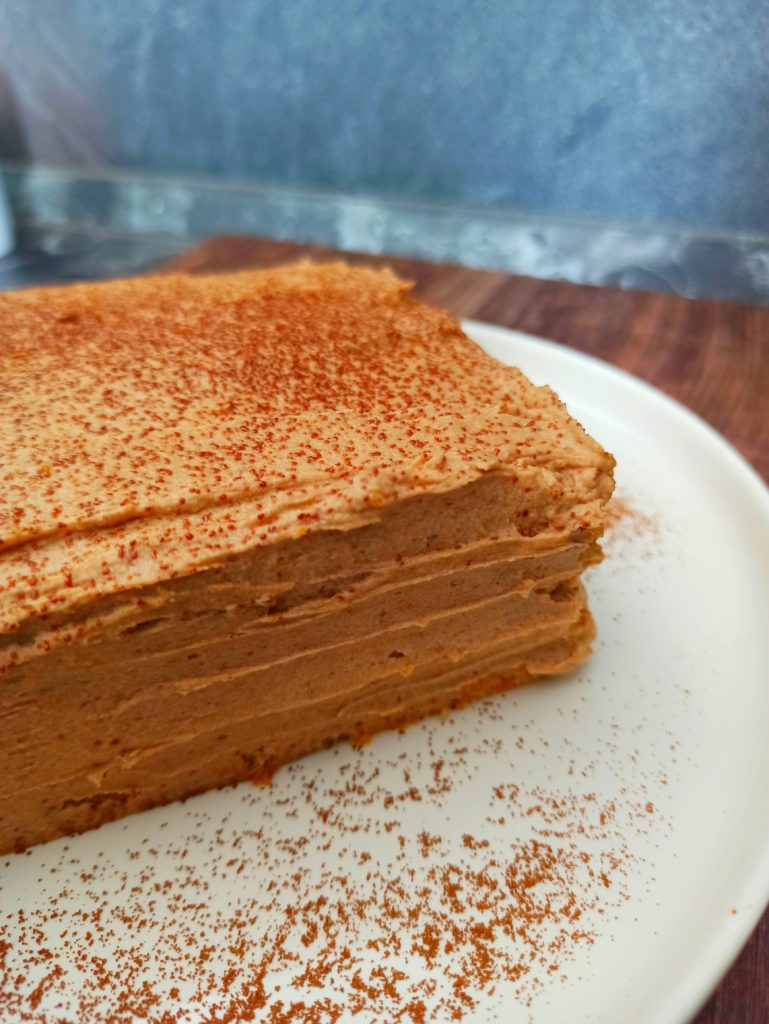 Rüblischnitte. Veganer Karottenkuchen mit gesunder Haselnuss Ganache.