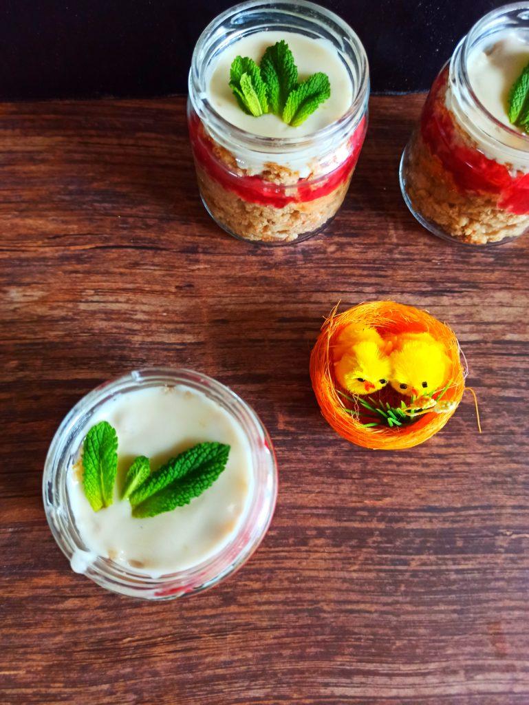 Saftiger Veganer Limetten-Kokoskuchen im Glas mit Limettenguss und Erdbeermarmelade