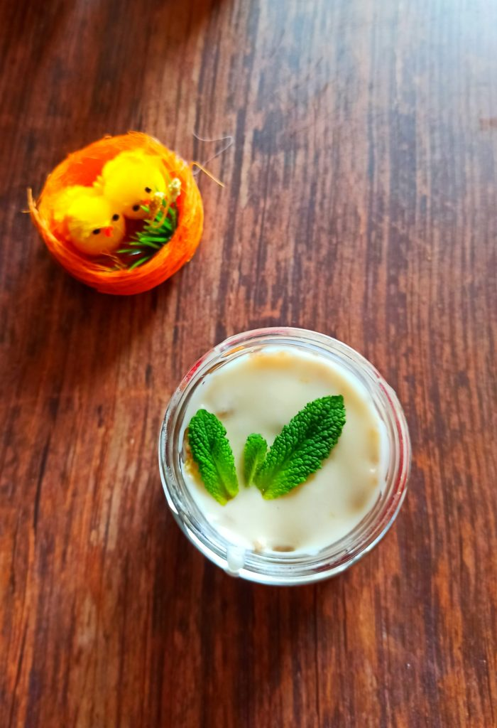 Saftiger Veganer Kokoskuchen im Glas mit Limettenguss und Erdbeermarmelade