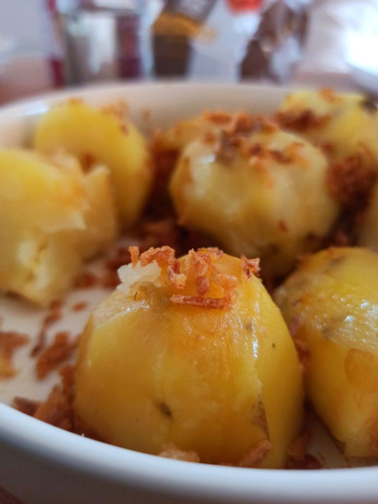 Kartoffeln mit Misobutter und Röstzwiebeln.