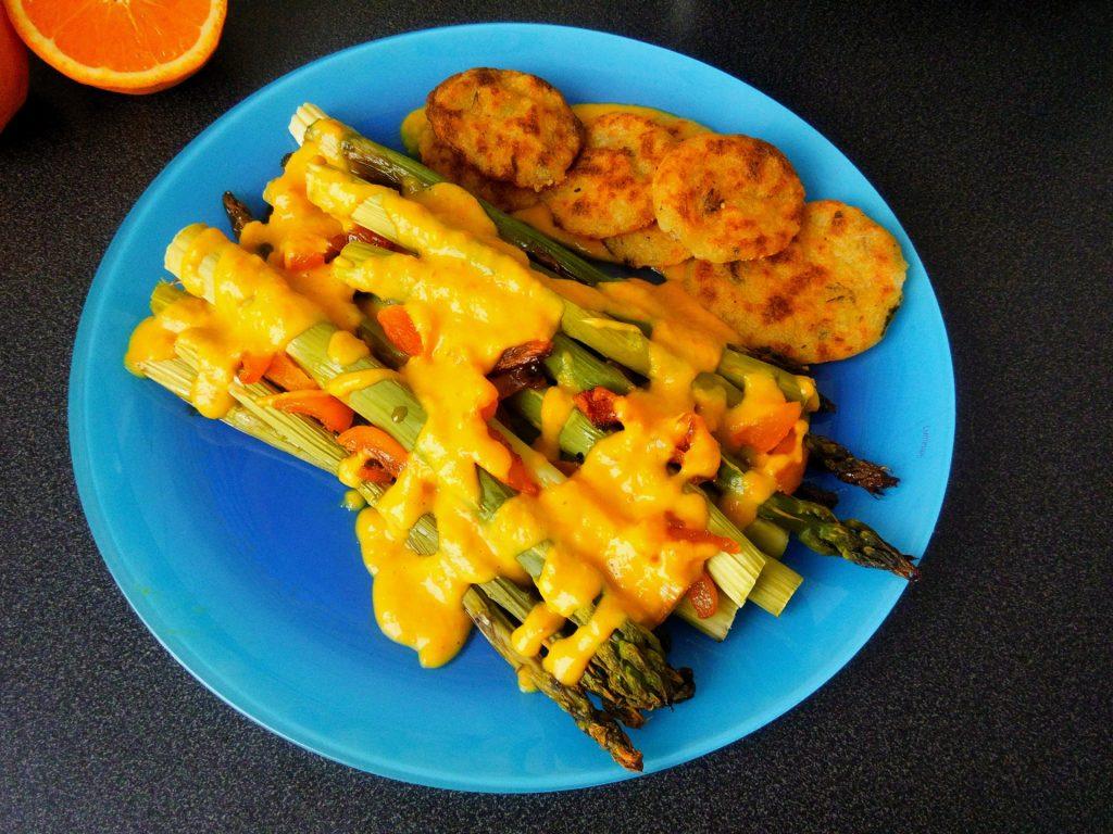 Grüner Spargel mit Kartoffelplätzchen und Aprikosen-Käsessößchen