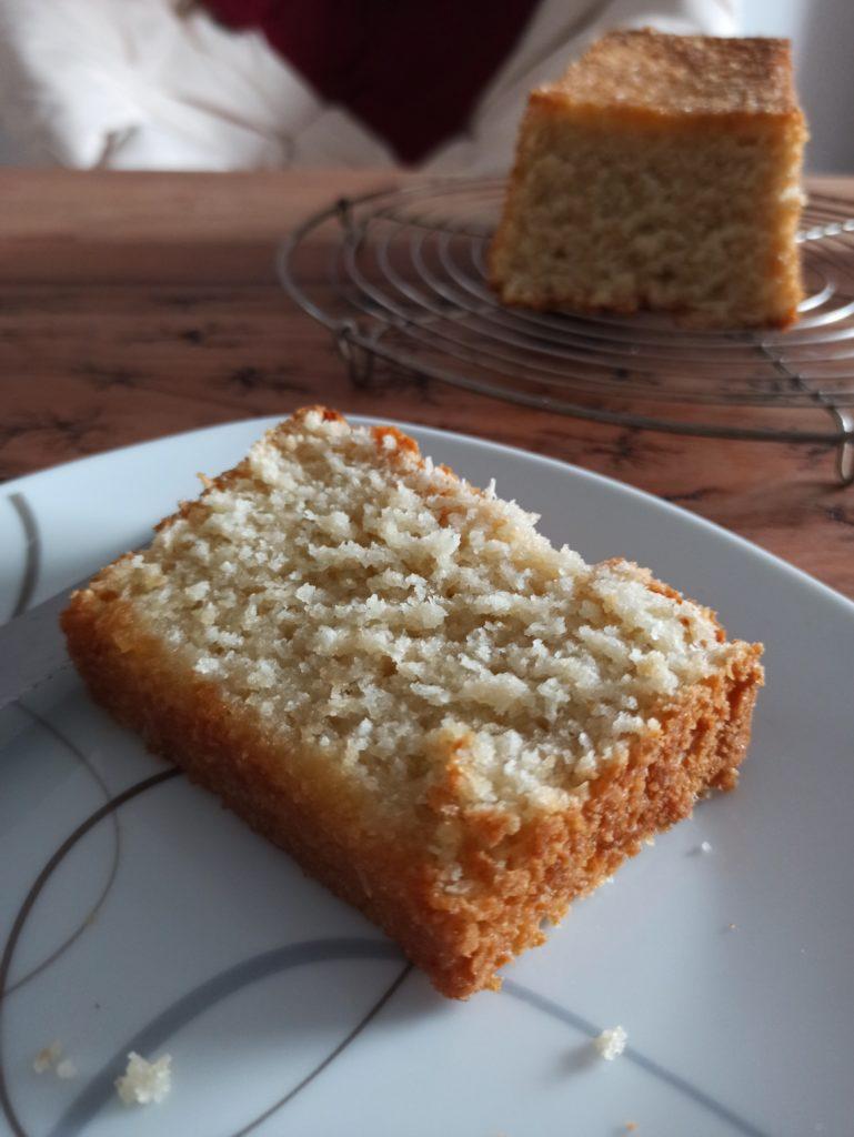 Saftiger veganer Kokos(milch) Rührkuchen mit Ahornsirup und Zitronen Tränke