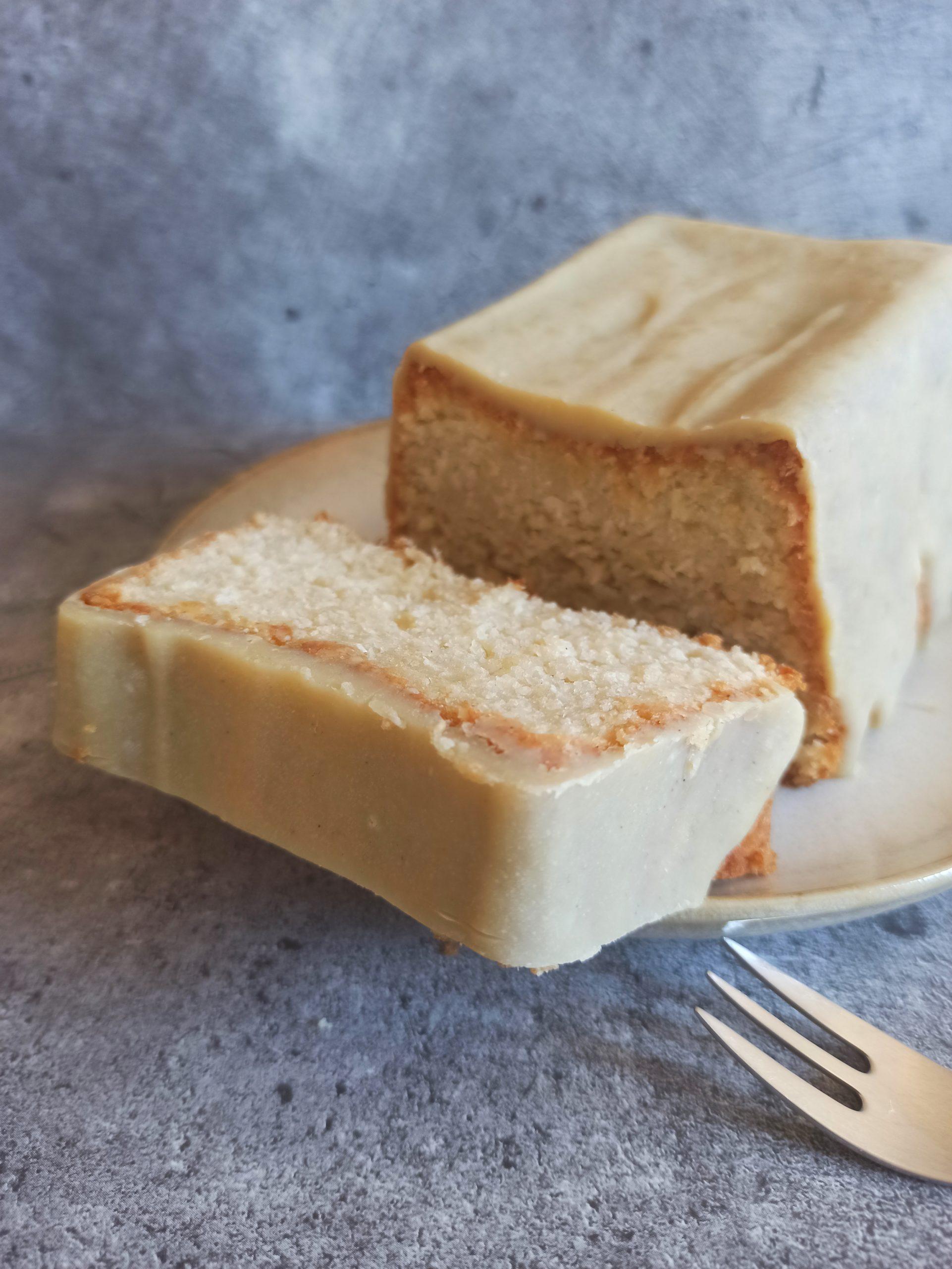 Veganer Rhabarber Rührkuchen mit weißer Skyr-Schoko Glasur
