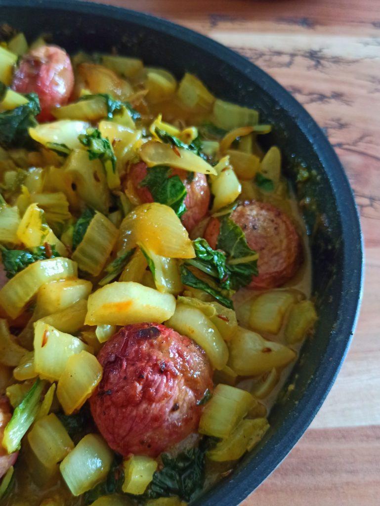 vegane Pak Choi Pfanne mit Curry-Senf Sauce, Kümmel und gebackenen Radiesen